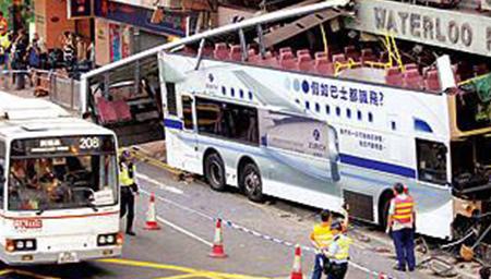 香港巴士冲上人行道3死29伤