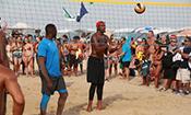 小乔丹与比基尼美女玩沙滩排球