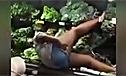 奇葩女子在蔬菜堆中上搓下擦