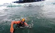 极限爱好者挑战北极天然泳池