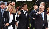 法国总统马克龙雨中会见巴赫