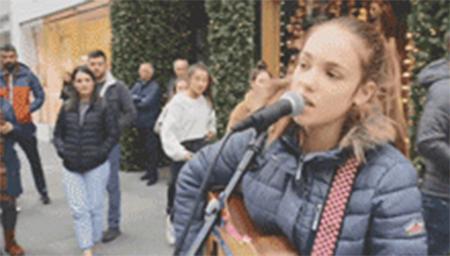 街头萝莉沙哑烟嗓翻唱嘎嘎新歌,好听到中毒!