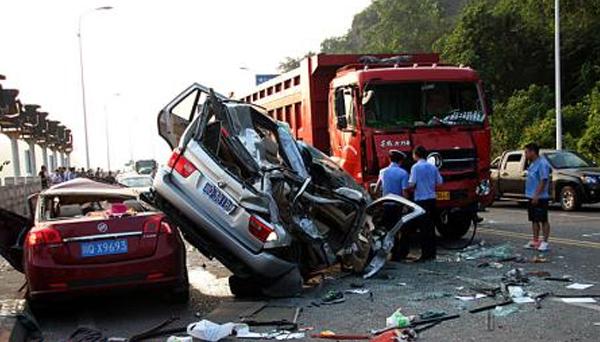 香港:发生三车相撞交通事故