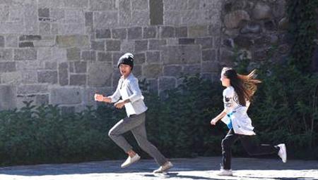 香港妙龄女追劫匪被拖草丛性侵