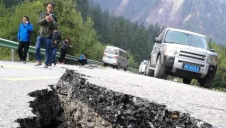 九寨沟地震后 观光公路现巨大裂缝