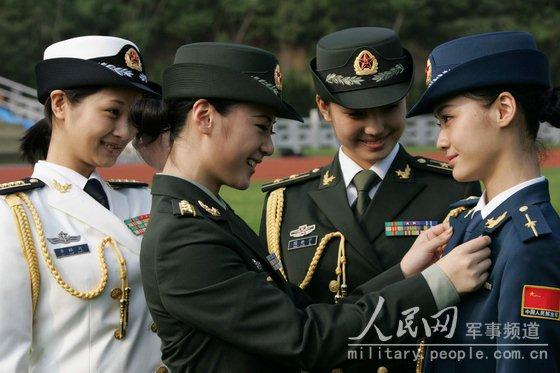 区 中国女兵穿07式新军装真是英姿飒爽 07式军服系列第一次将女军图片