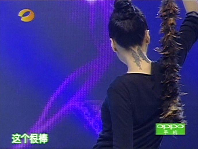 告诉我模特春晓脖子后面的纹身图案是什么 请知道的图片