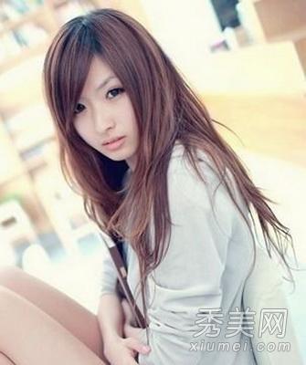 这款女生直发发型给人非主流可爱的感觉,整齐的刘海发型设计缩短脸型图片