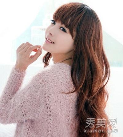 棕色的女生中长发染发发型显得非常柔美,洋溢着青春和时尚的气息.图片