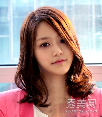 齐肩发型一: 这款女生齐肩发型,中分发型,突显了女生精致的鹅蛋脸,有图片