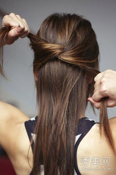 然后将两束头发在脑后方交叉,打一个简单的结,并稍稍拉紧图片