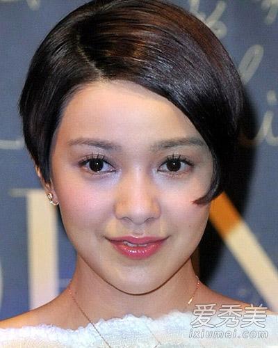 偏分露额大卷,把头发全部梳到一侧,修颜效果及佳,搭配端庄稳重的深图片