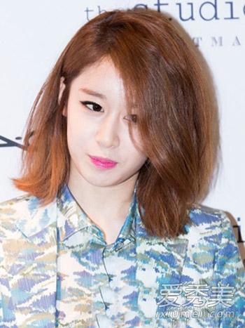 短发染发发型七: 轻熟龄ol偏爱的一款韩式短卷发发型,大侧分发的设计图片