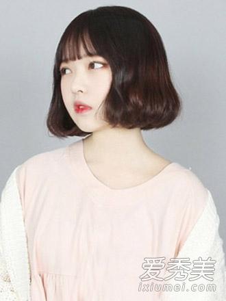 [page] 适合大脸妹纸的一款齐刘海修颜短卷发发型,短发烫出微卷的发图片