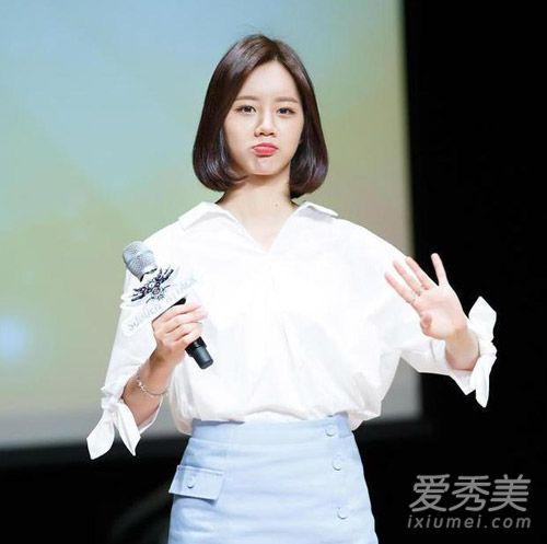 复古感的齐刘海妹妹头被她演绎的很是时尚清纯,括号状的短发造型也是图片