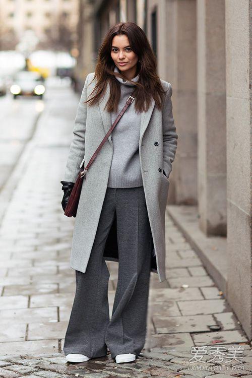 浅灰色大衣配浅灰色高领衫,下面用深灰阔腿裤配白色运动鞋,知性又帅气图片