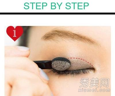 适合小眼睛的流行眼妆 假睫毛+上眼线图片