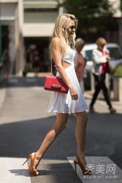 com 法国戛纳街拍搭配二:白色露腰连衣裙 棕色鱼嘴高跟鞋 红色复古图片