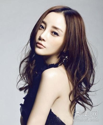 学辣妈李小璐发型 侧分长卷发小脸更显瘦图片