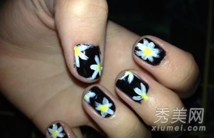 这款简洁偏素的美甲很小清新,用到的指甲油颜色有黑,白,黄三色.图片