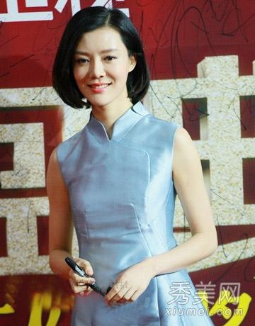 美女车晓,淡蓝色的旗袍装尽显玲珑有致的身段,,自然侧分的短发发型图片
