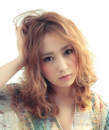 女生头发少适合什么发型 蓬松烫发完美修饰图片