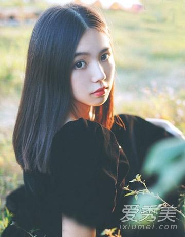 中分直发发型,乌黑的发丝很好的修饰了女生的脸型,大大的眼睛清澈动人图片