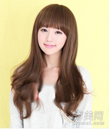 com 淑女与优雅的小女生经过齐刘海卷发发型的打造更能体现出迷人的一图片