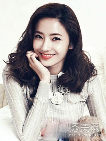适合中长发mm打理的一款韩式中长卷发发型,侧分的乌黑发丝烫出蓬松的图片