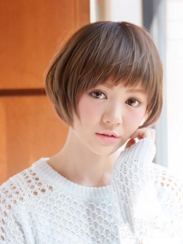 这款圆脸短发发型让女生看起来十分的清新可爱,紧贴在两颊边的头发为图片