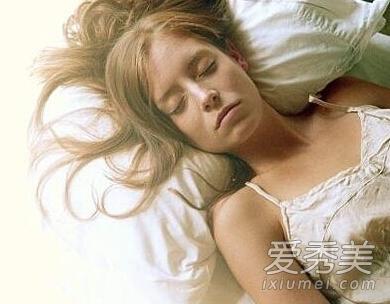 很多留着长发或者及肩中发的女性晚上睡觉的时候觉得头发扫到脖子会很图片