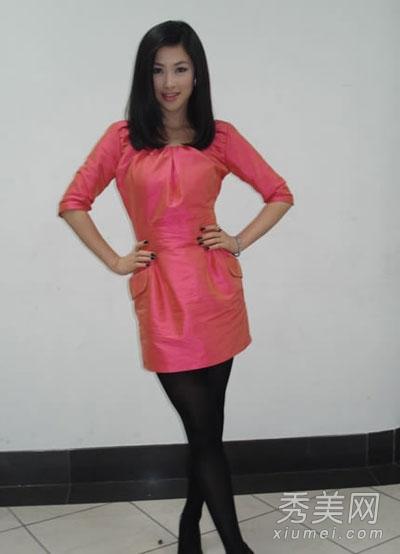 丝袜同性吻_穿着红色连衣裙配上黑色丝袜,简单却不失时尚感,性感又有味道.