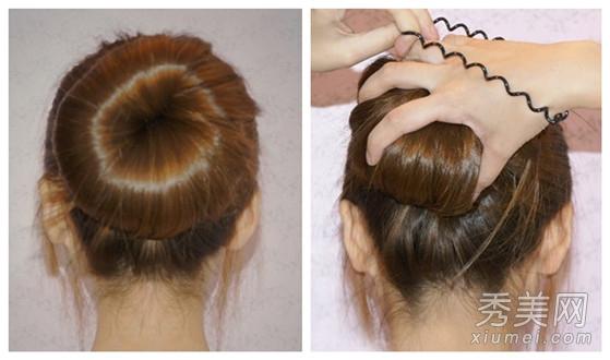 如果有散落的头发,用这样的电线圈皮筋固定起散落的头发就可以了.