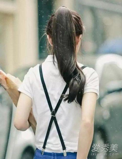 大卷马尾搭配干净纯洁的白衬衫,交叉背带裤,非常减龄可爱.图片