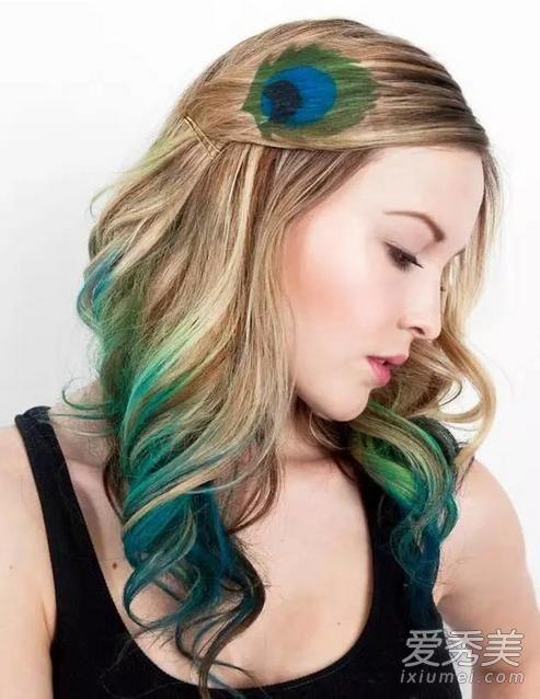 头发本身末尾有染绿至蓝的渐变发色,在刘海处绘制上与下呼应的孔雀图片