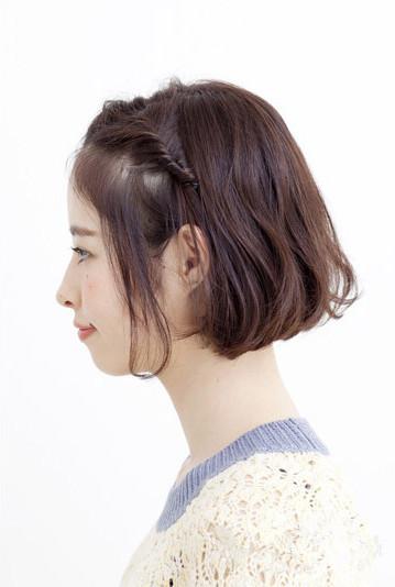 时尚看点:这款短发刘海编发发型将前额的刘海编织成精致的图片