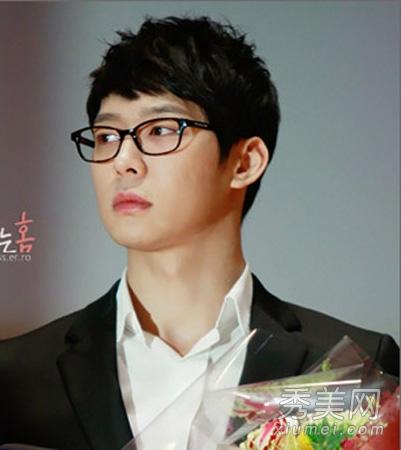 这款韩式男生发型,采用纹理烫发处理,更有潮男清新利落范,帅气短发图片