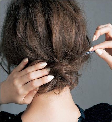 蓬松盘发发型扎法步骤图 四步打造优雅慵懒美图片