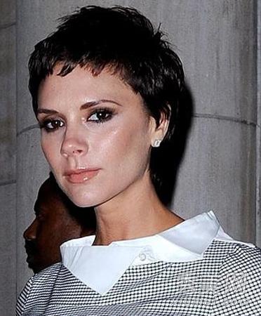 """""""将塑形发泥涂抹在湿发上来定型和增加头发纹理.图片"""