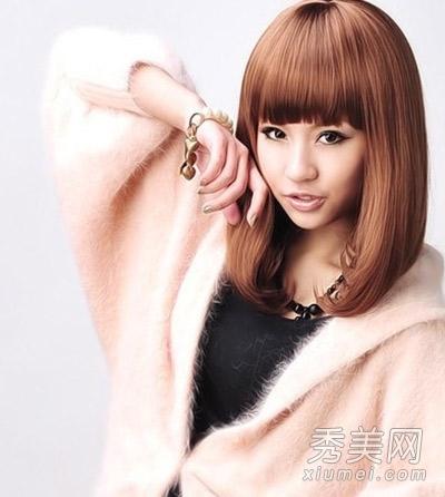 这款齐刘海梨花头发型给人的第一感觉就很甜美,不论是齐刘海,卷曲的图片
