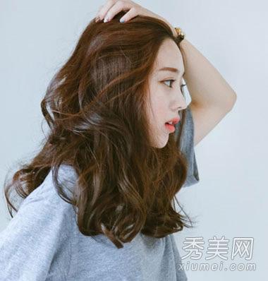 韩系齐肩中长发烫发,少女系的烫发发型,清新自然的微卷烫设计搭配棕色图片