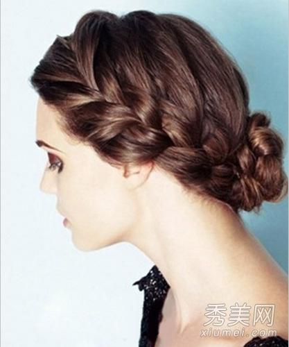 盘发发型,两侧编成较粗的麻花辫发型,后面简单的扎起丸子头,整体大方图片