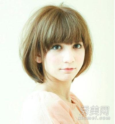 这款日系短发发型,后脑勺处发须的微蓬使得发型更为饱满美观,短发染上图片