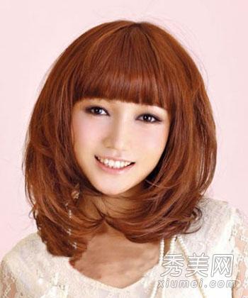 齐刘海齐肩发型,内扣的发尾,发丝修剪得很有层次感,这款圆脸发型将图片