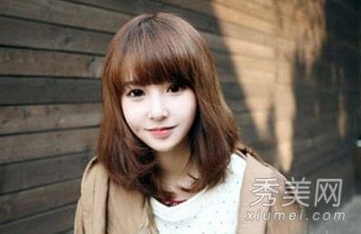 小编点评:学生味十足的齐刘海的短发,非常的甜美又减龄,在灯光下显的图片