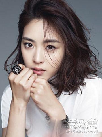 轻熟女们必学的一款短发发型,韩式短卷发烫发修饰脸型,深巧克力色的图片