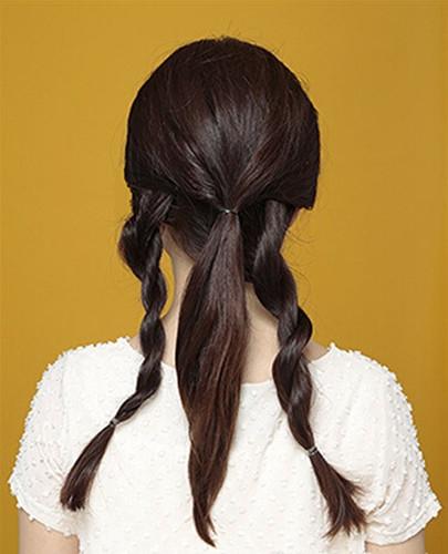 com 盘发步骤 1第一步 将头发分成三部分,两侧的头发扭转成发辫.图片