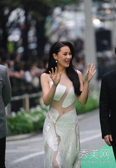 """电影《不怕贼惦记》中张馨予饰演""""美艳掘金者""""青花,据悉,为了剧情的图片"""