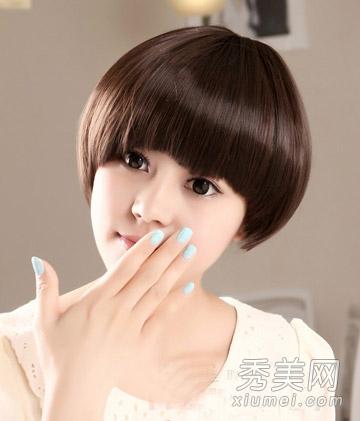 柔顺的短发发丝,尽显女生甜美的淑女气质,浅棕色染发时尚又完美衬出图片