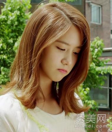 甜美的韩系女生中长发,为发型带来了几分优雅的女人味气息,棕黄色染发图片